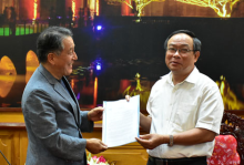 Chairman of the Provincial People's Committee Nguyen Van Cao receives USD 20.000 grant to fund Hue Festival 2018 from KMH Company Limited.