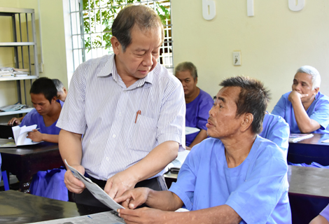 Chủ tịch UBND tỉnh thăm nơi học tập, đọc sách báo (Trung tâm Bảo trợ xã hội tỉnh)