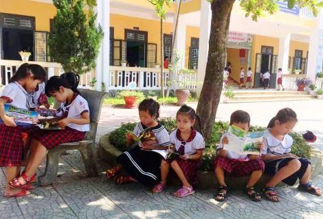 Các em học sinh tham gia đọc sách sau lễ phát động