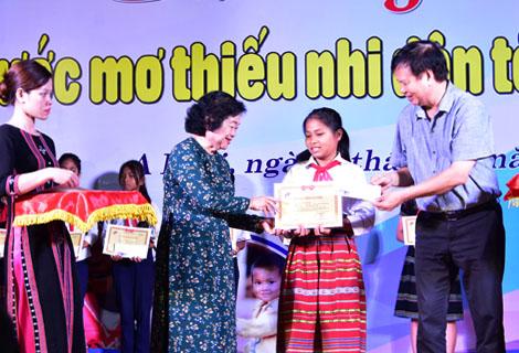 Nguyên Phó Chủ tịch nước Trương Mỹ Hoa và Phó chủ tịch UBND tỉnh Nguyễn Dung trao học bổng cho các em học sinh