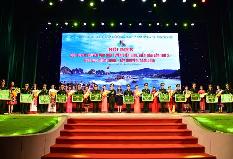 Các đơn vị tham gia nhận cờ lưu niệm của ban tổ chức