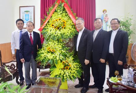 Chủ tịch UBND tỉnh Phan Ngọc Thọ tặng hoa chúc mừng Giuse Nguyễn Chí Linh