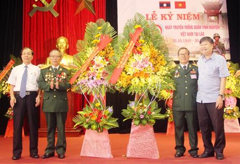 Lãnh đạo tỉnh tặng hoa chúc mừng tại Lễ kỷ niệm