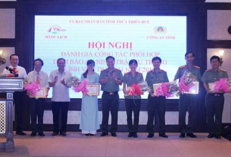 Khen thưởng tại Hội nghị