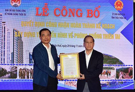 Bộ trưởng Bộ Nông nghiệp và Phát triển nông thôn Nguyễn Xuân Cường trao Quyết định công nhận cho lãnh đạo tỉnh