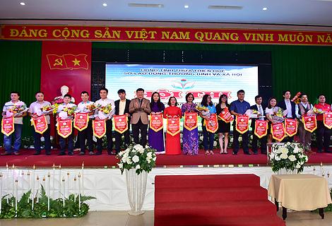 Phó Chủ tịch UBND tỉnh Nguyễn Dung trao cờ lưu niệm cho các đội tham gia
