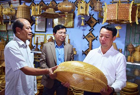 Phó Chủ tịch UBND tỉnh Phan Thiên Định (phải ngoài cùng) thăm HTX Mây tre đan Bao La