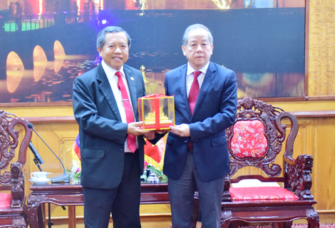 The Minister of Lao Ministry of Science and Technology Boviengkham Vongdara presents gift to Chairman Phan Ngoc Tho