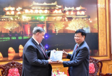 Vice Chairman of the provincial People's Committee Nguyen Dung presents gift to the Russian Consul General in Da Nang