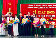 Vice Chairman of the People's Committee of Thua Thien Hue province Phan Thien Dinh awards UPU International Letter-Writing Competition 2018 prizes