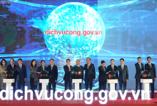 Prime Minister Nguyen Xuan Phuc and delegates at the launching ceremony