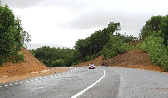 Đường cao tốc La Sơn - Túy Loan đoạn qua địa bàn huyện Nam Đông đang được xây dựng