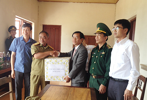 Vice Chairman of the provincial People's Committee Nguyen Van Phuong presents gifts to leaders of Inspection Station at Hong Van - Ko Tai border gate (Salavan province)