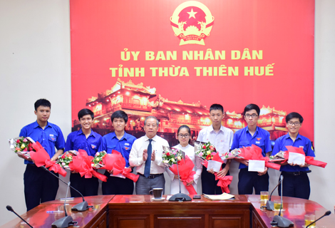 Chairman of the provincial People's Committee Phan Ngoc Tho presents flower and gift to congratulate students