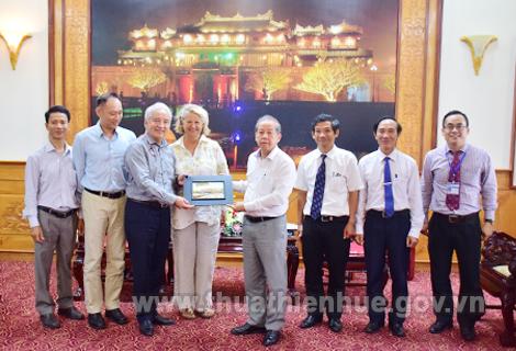Chủ tịch UBND tỉnh Phan Ngọc Thọ tặng quà và chụp ảnh lưu niệm với đoàn công tác của Hiệp hội Eurasia