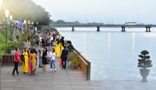 Huong river footbridge attracts locals and tourist