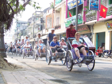 Cyclos moving slowly on streets can easily be found in Hue city (Photo: visithue.vn)