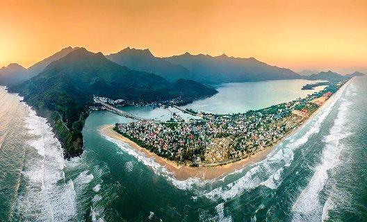 Toàn cảnh Vịnh đẹp thế giới Lăng Cô nhìn từ trên cao (ảnh: Thanh Toàn)