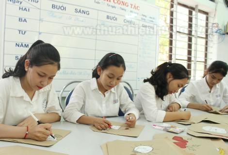 Học sinh Trường THPT Đặng Huy Trứ làm túi giấy vào giờ sinh hoạt lớp ngày cuối tuần
