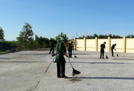Cán bộ, chiến sĩ Ban chỉ huy quân sự huyện Phong Điền tham gia dọn vệ sinh môi trường