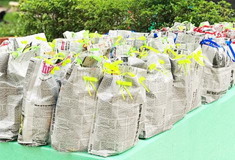 Túi đựng quà được làm bằng giấy báo của Đoàn phường Phú Hòa, thành phố Huế