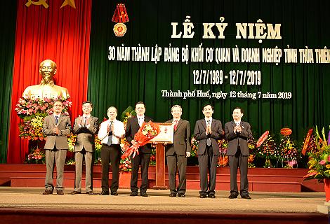 Thừa ủy quyền Chủ tịch nước, các đồng chí lãnh đạo tỉnh đã trao Huân chương Lao động hạng Nhất cho Đảng bộ Khối các cơ quan và doanh nghiệp tỉnh