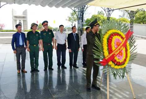 Leaders of Thua Thien Hue province visit and offer incenses at Martyr Cemetery Road 9, Quang Tri province