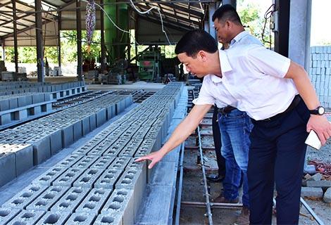 Phó Chủ tịch UBND tỉnh Phan Thiên Định kiểm tra mô hình chế biến cát, sỏi từ rác thải xây dựng