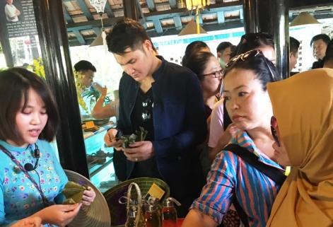 Các đại biểu thưởng thức hương vị ẩm thực tại Làng cổ Phước Tích