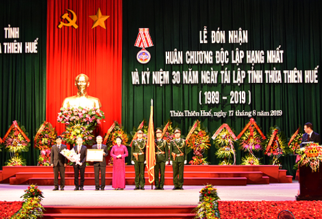 National Assembly Chairwoman Nguyen Thi Kim Ngan awards the First Class Independence Medal to the Party, authority and people of Thua Thien Hue province