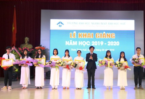 TS Bảo Khâm, Hiệu trưởng Nhà trường trao giấy khen và phần thưởng cho các sinh viên đạt thủ khoa Trường, thủ khoa ngành