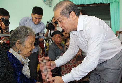 Chủ tịch UBND tỉnh Phan Ngọc Thọ thăm hỏi và tặng quà cho người dân đến khám bệnh