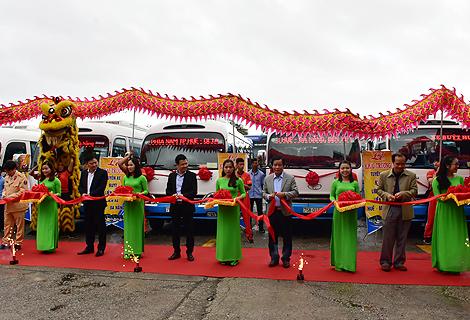 Lãnh đạo tỉnh cùng đại diện Sở Giao thông vận tải, các ngành chức năng cắt băng khai trương tuyến xe buýt liên tỉnh Huế- Đà Nẵng