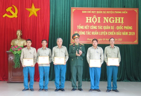 Tặng giấy khen của Quân khu 4 cho các tập thể, cá nhân có thành tích xuất sắc sắc trong phong trào thi đua quyết thắng của lực lượng dân quân tự vệ năm 2019
