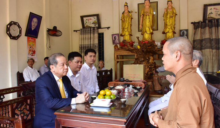Chairman Phan Ngoc Tho visits religious facilities on Tet occasion