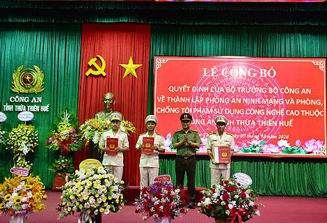 Thượng tá Nguyễn Thanh Tuấn trao quyết định thành lập Phòng An ninh mạng và phòng, chống tội phạm sử dụng công nghệ cao