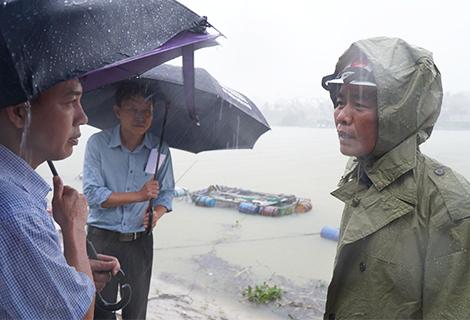 Phó Chủ tịch UBND tỉnh Nguyễn Văn Phương chỉ đạo ứng phó với mưa lớn diện rộng tại thị xã Hương Trà
