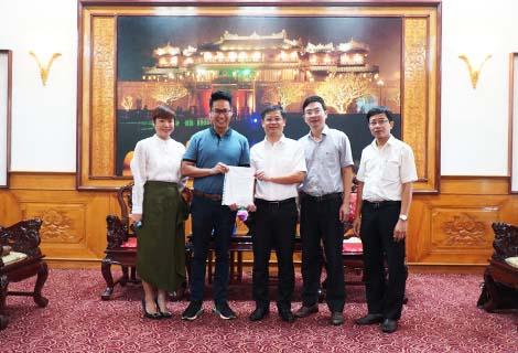 Tập đoàn Đầu tư Việt Phương hỗ trợ người dân Thừa Thiên Huế khắc phục hậu quả bão lũ