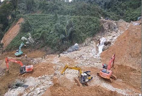 Các phương tiện máy xúc, máy múc tạo dòng chảy mới cho sông rào trăng