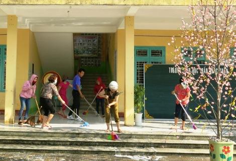 Các giáo viên trường Tiểu học Trần Quốc Toản làm vệ sinh môi trường