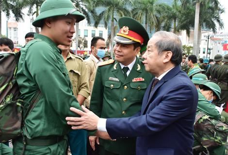 Phó bí thư Tỉnh ủy, Chủ tịch UBND tỉnh, Trưởng đoàn đại biểu Quốc hội tỉnh Phan Ngọc Thọ động viên thanh niên lên đường nhập ngũ