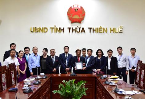 Phó Chủ tịch UBND tỉnh Nguyễn Văn Phương tặng quà và chụp ảnh lưu niệm với đoàn công tác