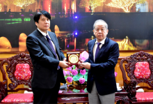 Chairman of the People's Committee of Thua Thien Hue province Phan Ngoc Tho presents souvenir to Mr. Yakabe Yoshinori