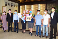 The representative of Tourism Department and Thuy Xuan Ward presented the certification and flowers to 04 foreign tourists from England who finished 14-day-long quarantine period in Pilgrimage Village - 130 Minh Mang street, Hue city