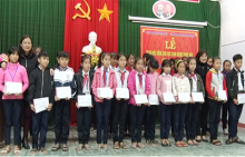 Zhi-San Foundation awarded scholarships to students from disadvantaged background in Huong Thuy town