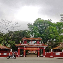 The school gate is a combination of traditional and western architecture