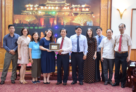 Vice Chairman Nguyen Van Phuong presents souvenir and takes photo with HFHI delegation