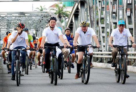 """Phó Chủ tịch UBND tỉnh Phan Thiên Định tham gia chương trình """"Huế - Đạp xe vì môi trường"""""""