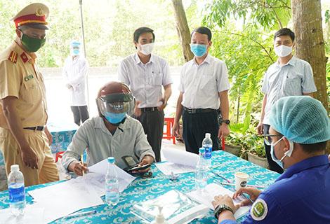 Phó Chủ tịch UBND tỉnh Phan Thiên Định kiểm tra công tác phòng, chống dịch Covid-19 tại chốt kiểm soát y tế tại huyện Phong Điền