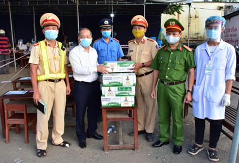 Chủ tịch UBND tỉnh Phan Ngọc Thọ tặng quà động viên lực lượng làm nhiệm vụ tại chốt kiểm soát số 6